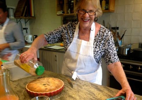 .... en de clafoutis die net uit de oven komt, wordt bestrooid met vanille suiker, ruikt heerlijk !! Smells delicious !!