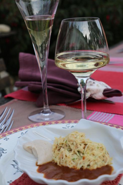Voorgerecht met krab en saus van langoustines met een heerlijk glas Quincy erbij. Bon appétit en dank voor de foto aan Corinne van Lifestyle Vacations !