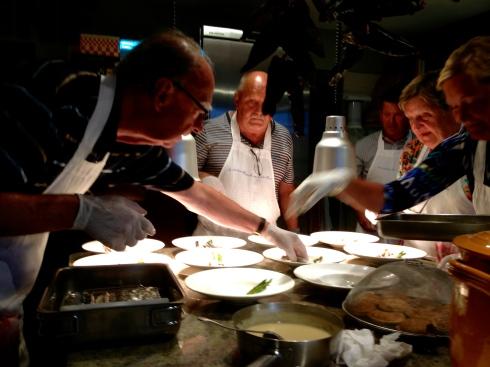 Kookatelier aan de gang met vier zeer enthousiaste koks :). Op het menu vanavond : vidée terre-mer met gerookte makreel geconfijte kip, morieljes, asperges, bladerdeeg en heerlijke saus van vin jaune. Daarna goudbrasem (dorade royale) met venkel en gebakken aardappelen. Dan een gesmolten kaas uit de abdij op CBS en als nagerecht één van mijn favoriete desserstjes : Rouge mon Amour met gariguette aardbeien en blauwe bessen.