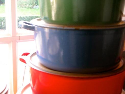"""De potten en pannen hebben de hele dag staan pruttelen om te koken voor onze gasten. De familie dineert het """"laatste avondmaal"""" van deze week met een toegankelijk menu voor jong en oud. St Jakobsvruchten op de plancha, Bretoens buikspek met zonnige groenten, jonge kaas en een smeuïge chocolade taart met caramel ijs én een vuurwerkje erbovenop om de grootouders extra in de verf te zetten vandaag. Bonne nuit !"""
