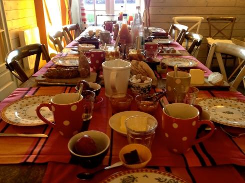 Vanochtend ontbijt met onze nieuwe gasten die gisteren arriveerden. Vanavond St Pierre zonnevis op het menu. Morgen vroeg ontbijt : samen naar de markt van Vannes om 9 uur :) !