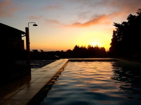 Prachtige zonsopgang ! Vanochtend is iedereen gaan zwemmen voor het ontbijt zélfs de bejaarde grootouders ! Fikse honger gekweekt om onze rijkelijk gevulde ontbijtdis aan te kunnen :) !