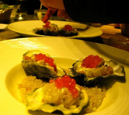 Op het menu vanavond voor de groten : Bretoense gazpacho met algen als hapje. Tartaar van oesters met witte tonijn en zalmeitjes als voorgerecht. Zonnevis met artisjok en gerookte aardappelen en geconfijt spek als hoofdgerecht. Petit Breton, een kaasje ingewreven met cider. En als dessert een lekker luchtig hazelnootgebakje met passievrucht.Voor de kleintjes : geconfijte kip met een lekkere stamppot van aardappelen en wortelen. Geheim van de chef : een geut maple syrup erbij doet wonderen ! Bonne nuit !