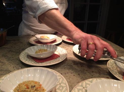 La Maison Blanche aux Volets Bleus Joris heeft 2 spinkrabben volledig uitgehaald en het krabbenvlees ervan verwerkt met groentjes tot een smakelijk voorgerecht. Er komt nog een uitgesproken saus bij van langoustines en een crème met citroengras. Smakelijke groeten uit Bretagne !