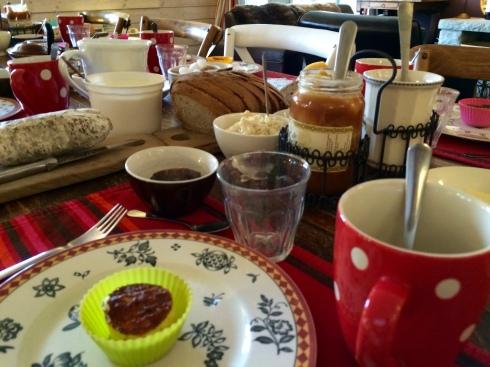 Bonjour uit Bretagne. Nu een lekker ontbijt klaargezet voor onze vertrekkers waar we mee gekookte hebben dit weekend.De jarigen komen volgend jaar ook hier verjaren. De blijvers gaan degusteren in de distillerie van Le Gorvello en straks weer nieuwe gasten aan tafel. Geniet van jullie Sinksenmaandag ! Anouck & Joris  www.lamaisonblancheauxvoletsbleus.com
