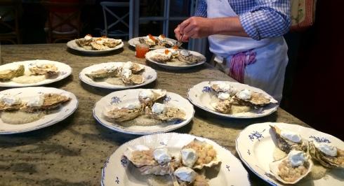 Met dit mooie weer krijgen onze lente - voorgerechten terug een ereplaats in de keuken ! Tartaar van oesters met bonito, crème met gember, zalmeitjes. Smakelijk ! Anouck vanuit www.lamaisonblancheauxvoletsbleus.com