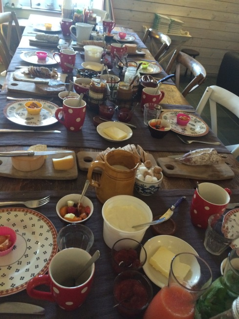 Brunch - ontbijt voor onze gasten die vandaag Doëlen enerzijds en Rochefort en Terre anderzijds gaan bezoeken.