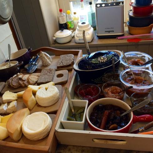 Geniet van de nieuwe week! Brunchy ontbijt is voorbereid om buiten in te dekken onder de Bretoense staalblauwe hemel !  Anouck vanuit www.lamaisonblancheauxvoletsbleus.com