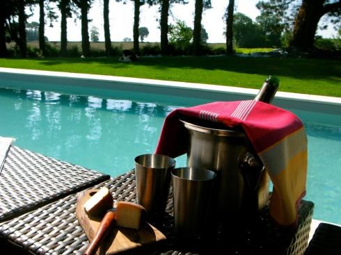 Enkele van onze gasten zijn gaan fietsen in de buurt, anderen zijn een plateau de fruits de mer gaan eten in Quiberon en de Senioren genieten van een uitgebreide siesta aan het zwembad. Wij zijn ondertussen in de weer in de keuken met confituur maken voor het ontbijt morgenvroeg. Joris is aan de slag met een flink stuk lamsvlees voor het diner vanavond. Smakelijke zonnige groeten uit Bretagne !! Anouck vanuit www.lamaisonblancheauxvoletsbleus.com