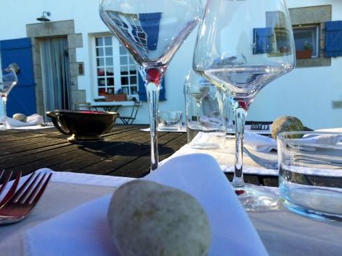 De tafel staat gedekt om buiten te dineren onder de Bretoense blauwe hemel. Op  het menu vanavond : hapje met krab, langoustines uit Guilvenec op de plancha met citroenolie, wijting met pomelo, geconfijte tomaten en citroen-aardappelen, kaas uit de abdij van Timadeuc en een heerlijk smeuïge kaastaart. De Macôn Villages staat koud en het zwembad is warm :). Smakelijk ! Anouck vanuit www.lamaisonblancheauxvoletsbleus.com