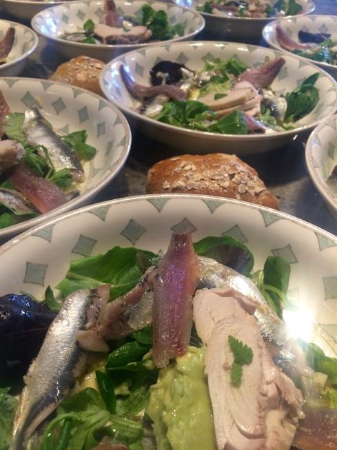Zalig zomers diner met Bretoense gazpacho, frisse salade met twee bereidingen sardines en witte tonijn, heek met eiland-aardappelen en asperges, kaasje uit de regio en clafoutis met wilde blauwe bessen. Smakelijke groeten uit Bretagne.
