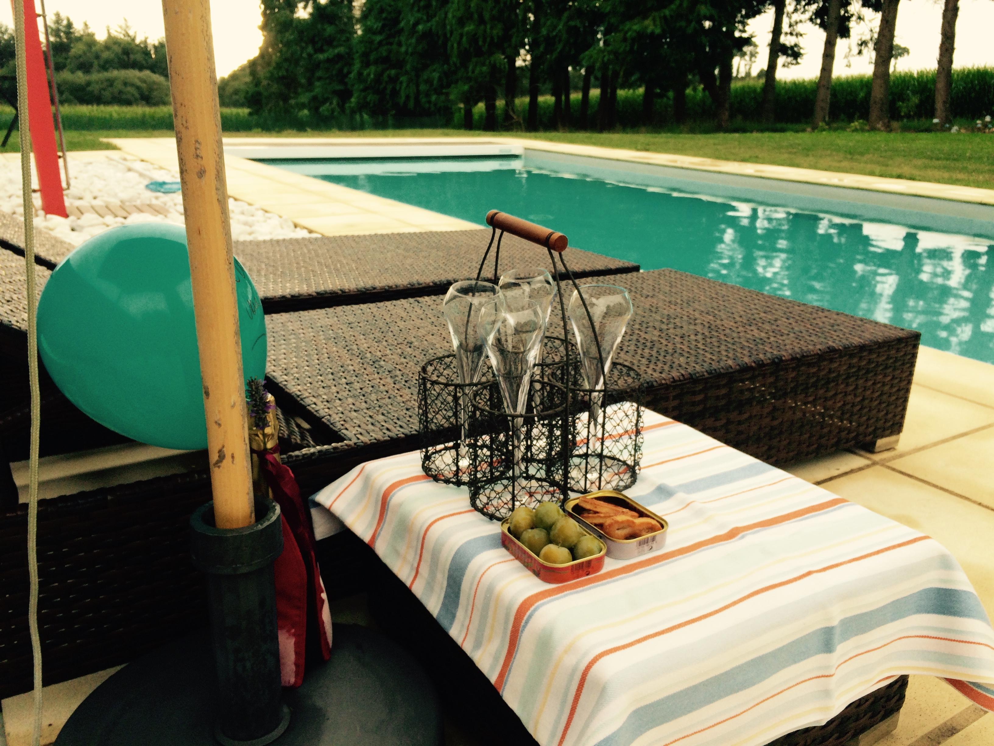 Zo begon de dag voor onze jarige gasten : met een glaasje feestelijke bubbels aan het zwembad, gevolgd door een stevig ontbijt. Proficiat D&W ! Happy birthday to 2 of our guests ! Bonne idée de venir fêter votre anniversaire chez nous :). We bereiden nu het diner voor vanavond voor waar de gasten weer heerlijk van gaan smullen. Culinaire groeten vanuit Bretagne. Anouck & Joris  www.lamaisonblancheauxvoletsbleus.com