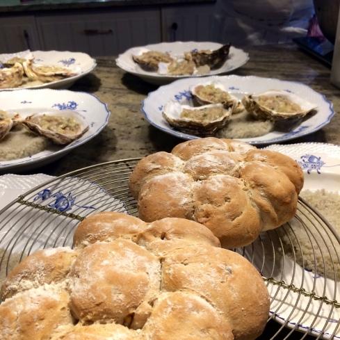 """Oestertartaar met witte tonijn en versgebakken """"margriet""""broodjes om er bij te serveren. Smakelijke groeten uit Bretagne, Anouck vanuit www.lamaisonblancheauxvoletsbleus.com"""