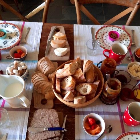 Een heerlijk ontbijt om de dag goed in te zetten.  Smakelijke groeten uit Bretagne Anouck vanuit  www.lamaisonblancheauxvoletsbleus.com