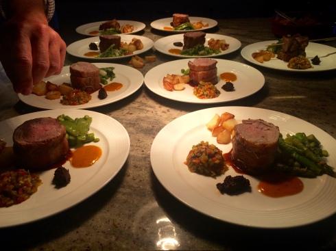 Heerlijk diner gisteren met als hoofdgerecht tournedos van lam met ratatouille. Smakelijke groeten !  Anouck Mme Sucrée www.lamaisonblancheauxvoletsbleus.com