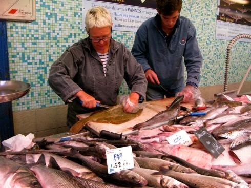 Op zaterdag-en woensdagvoormiddag is het marktdag in Vannes. Prachtige vishallen met de meest verse waren die uitnodigen om gekookt te worden.  Geniet van het weekend !  Anouck & Joris  www.lamaisonblancheauxvoletsbleus.com