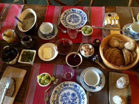 lekker zondags ontbijt deze ochtend voor onze sportieve gasten die fietsen naar Josselin & Mur de Bretagne. De anderen zijn op zoek in de bossen naar wilde paddenstoelen. Geniet van de zonnige zondag ! Anouck & Joris, nu aan de kook voor het diner vanavond !