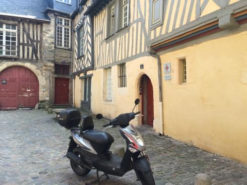 Zalige en veilige stad is Rennes. Ideaal om te flaneren op zo'n mooie zomerse septemberdag van het ene terrasje naar het andere. Onze gasten genieten van fietstochten, wandelingen en komen straks weer lekker smullen aan onze table d'hôtes.  Nazomerse groeten !