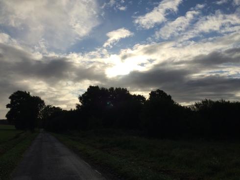 Een hele goede maandagochtend voor iedereen. We wensen jullie een goede start van de nieuwe week met deze mooie Bretoense lucht !  Anouck vanuit www.lamaisonblancheauxvoletsbleus.com